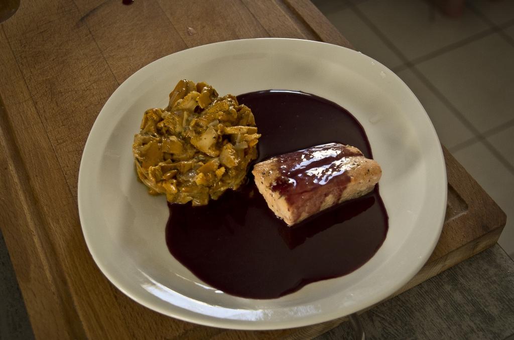 saumon et sa sauce au vin rouge accompagn d une po l e de girolles les exp riences culinaires. Black Bedroom Furniture Sets. Home Design Ideas
