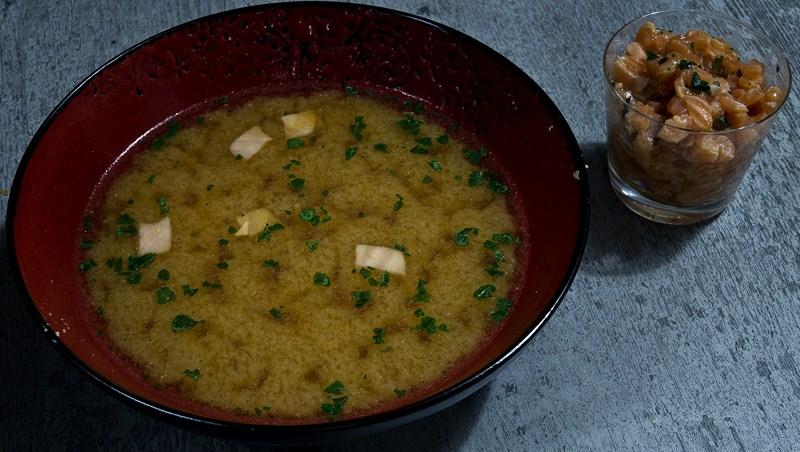 Soupe miso au saumon accompagnée de tartare de saumon à la