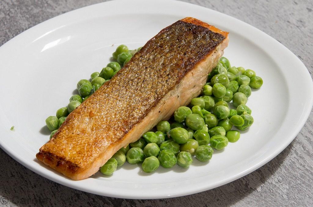 Saumon cuit l unilat rale et petits pois les exp riences culinaires de carole - Quand semer les petit pois ...