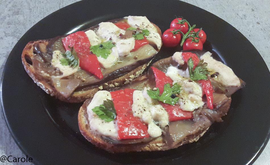 Pour 4 grandes tartines : 4 grandes tranches de pain Charpentier 1 aubergine 1 poivron 1 grand filet de poulet 1càc de 5 baies 5cl de vin blanc sec Huile d'olive 1càc de vinaigre balsamique sel...