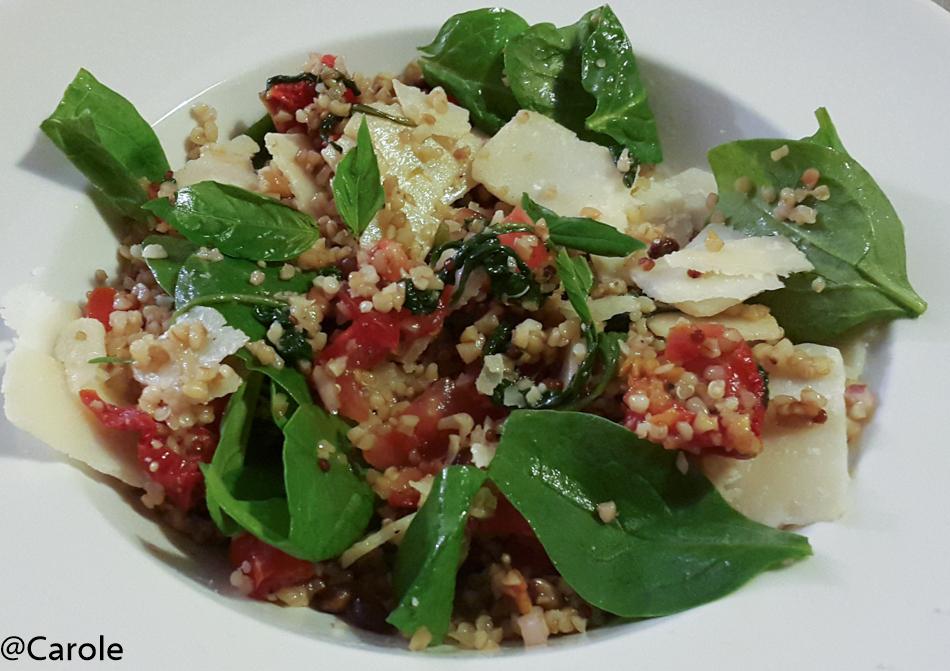 Ingrédients pour 4 personnes : 60 g de quinoa 60g de boulgour 100g d'épinards 50g de pignons de pin 30 copeaux de parmesan 5 cl d'huile d'olive, sel, poivre et 1 càc de vinaigre balsamique...