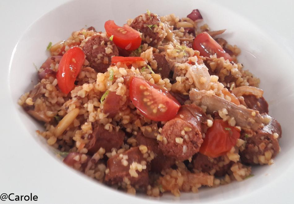 Ingrédients pour 4 personnes : 100g de boulgour 50g de quinoa 6 merguez 1 cuisse de poulet rôti 2 oignons rouges 13 tomates cerises 1 citron vert 20 pignons de pin 10 noix de cajou concassées au pilon...