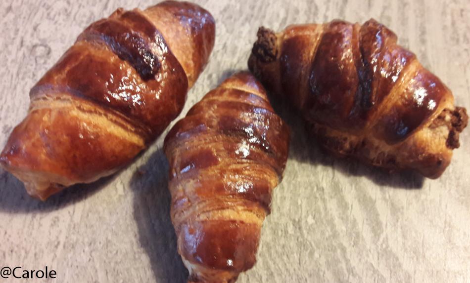 Ingrédients : 1 pâte feuilleté (maison ou pas) 6 carrés frais 10 feuilles de ciboulette 10 feuilles de persil plat 2 gousses d'ail poivre, sel 2 jaunes d'œufs Quand j'écris 10 feuilles...