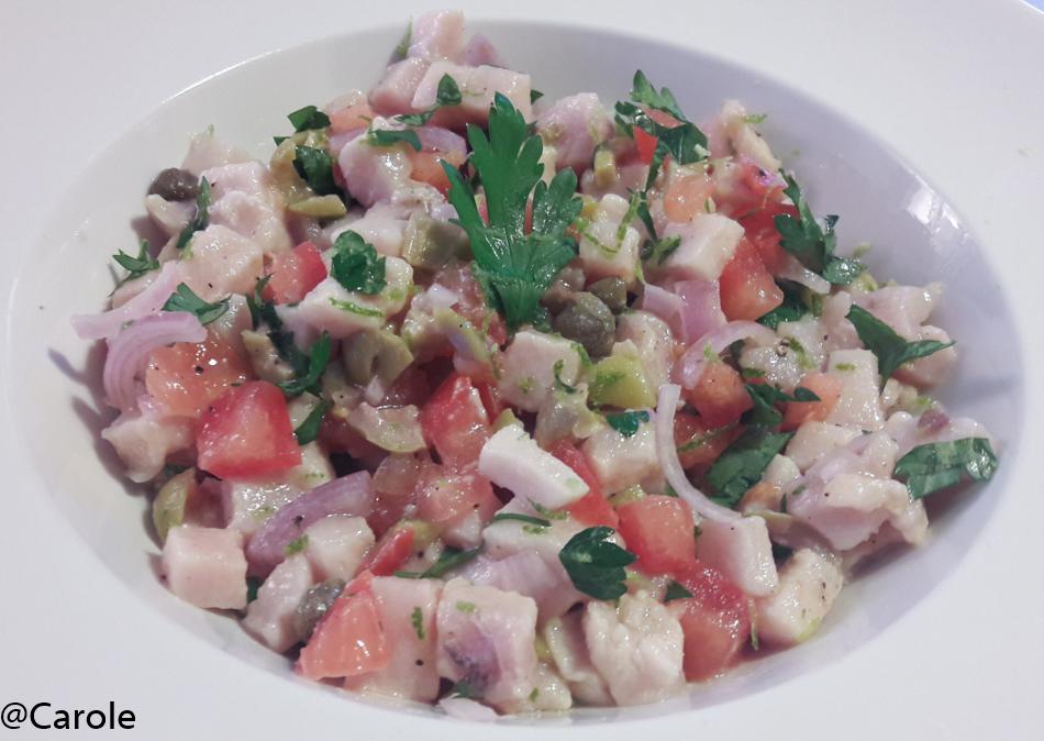 Ingrédients pour 4 personnes : 800g de longe d'espadon décongelé (pour pouvoir le cuisiner cru) 2 tomates 2 échalotes 2 càc bombées de câpres 18 olives vertes dénoyautées 1/2 botte de persil...