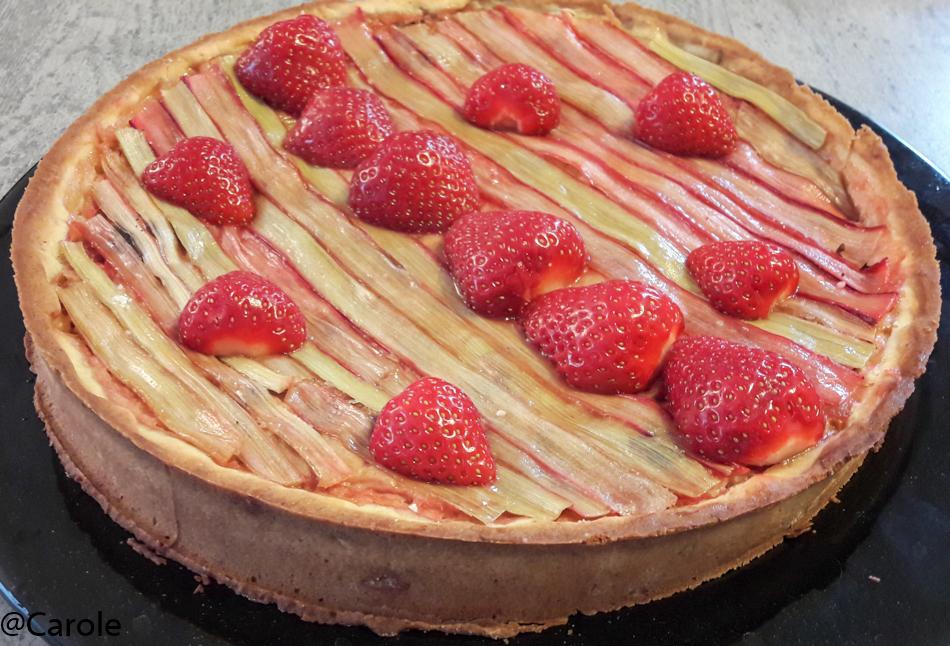 Ingrédients pour une tarte : Pour la pâte : 250g de farine 100g de beurre 100g de sucre glace 1 oeuf une pincée de sel Pour la rhubarbe : 800g de rhubarbe 30g de sucre 3 branches fines de rhubarbe...