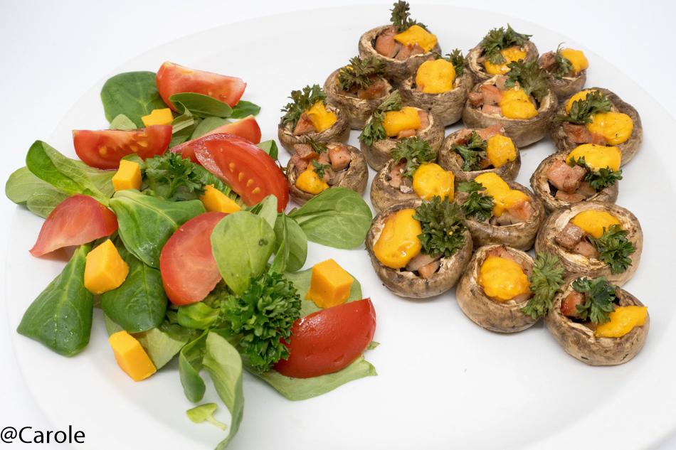 Ingrédients pour 4 personnes : environ 80 petits champignons 2 saucisses de francfort 4 tranches de mimolette persil sel, poivre mâche, tomates cerise et mimolette en accompagnement Couper les saucisses...