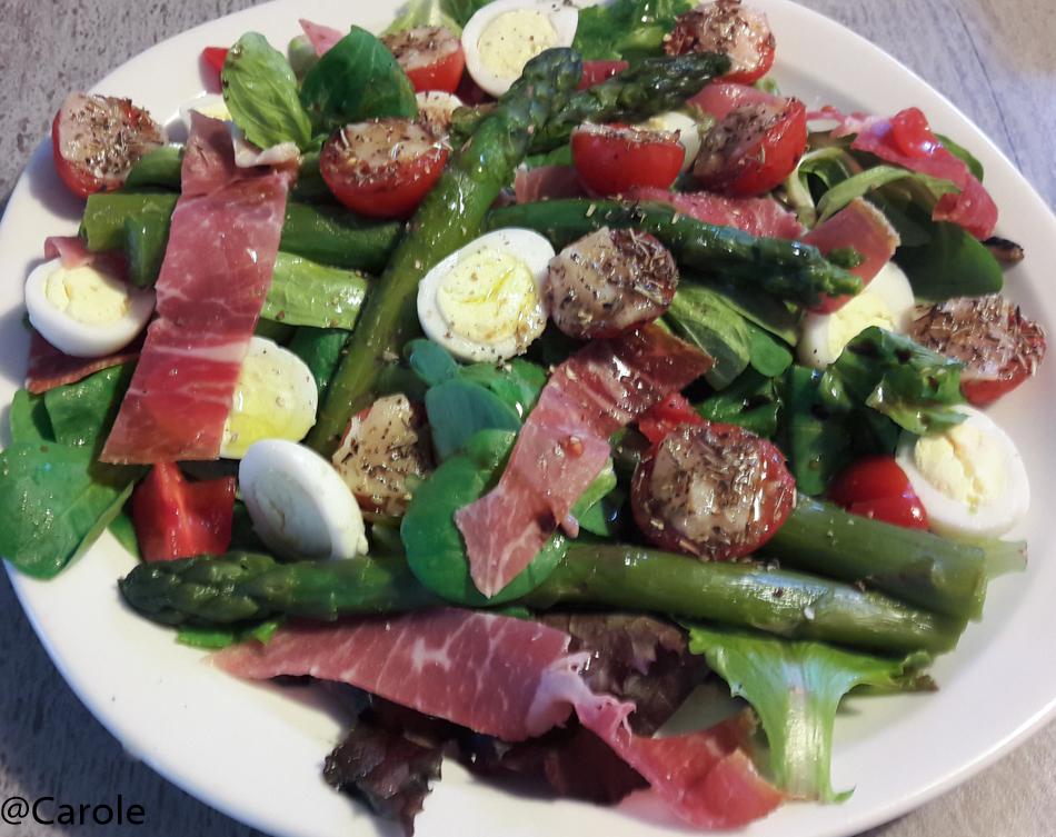 Ingrédients pour 4 personnes : 20 asperges vertes 4 tranches de jambon cru 12 oeufs de caille 16 tomates cerises salade parmesan herbes de Provence huile d'olive sel, poivre, vinaigre balsamique...