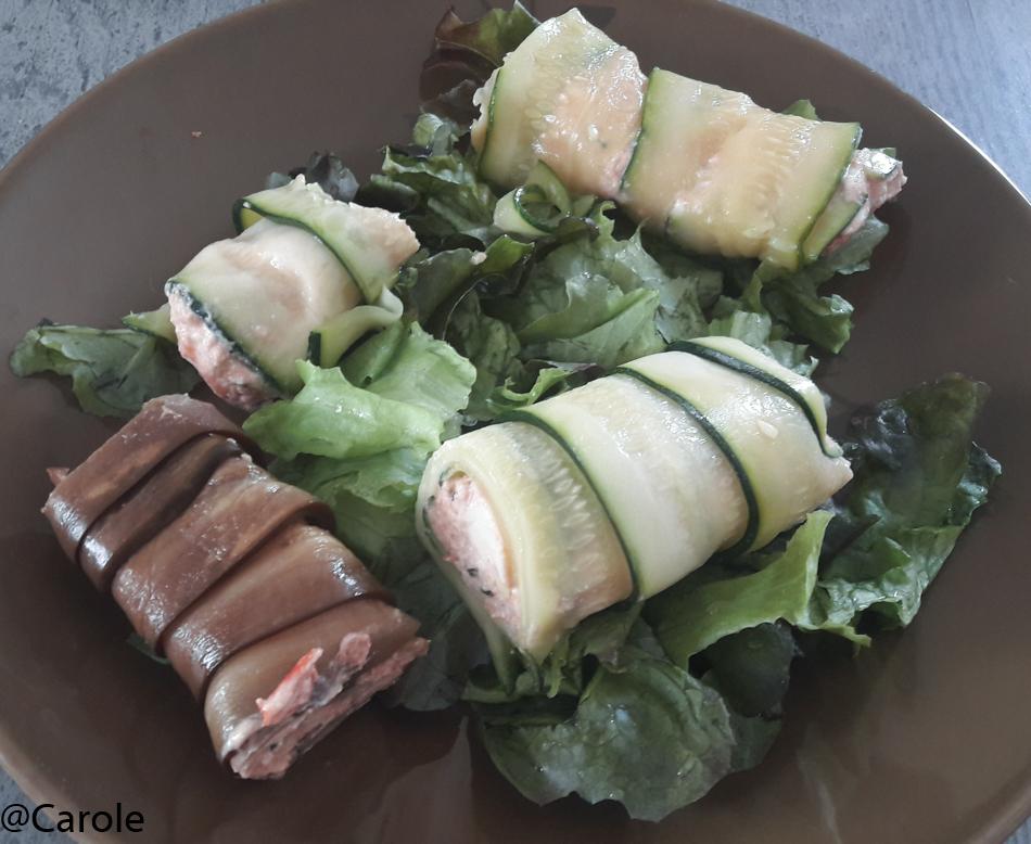 Ingrédients pour 4 personnes : 1 aubergine 2 courgettes 200g de ricotta 1 filet de poulet 8 tranches de chorizo (grandes tranches) 50g de parmesan Huile d'olive, sel, poivre salade Couper les aubergines...