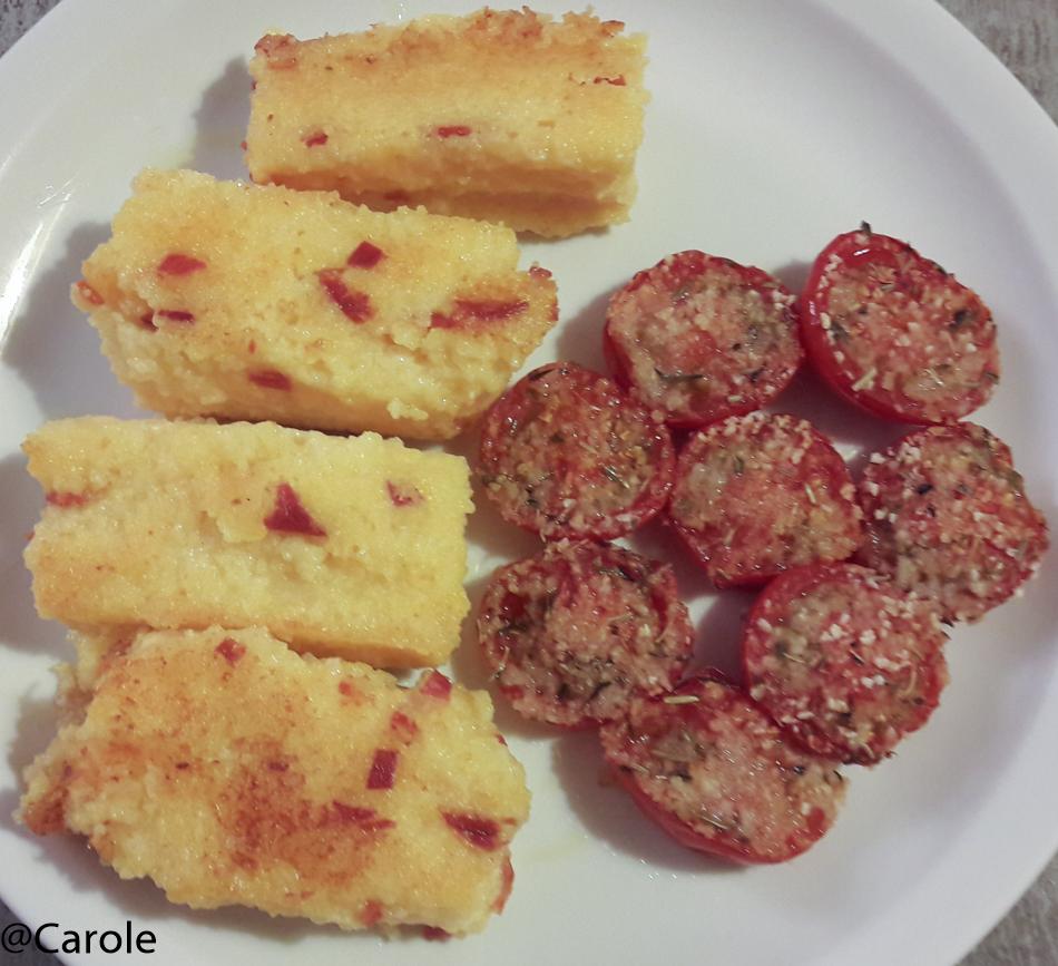 Ingrédients pour 4 personnes : 250g de polenta 1/2L de bouillon de poule 1/2L de lait demi écrémé 50g de parmesan 6 grandes tranches de chorizo fort sel huile d'olive beurre 24 tomates cerises...