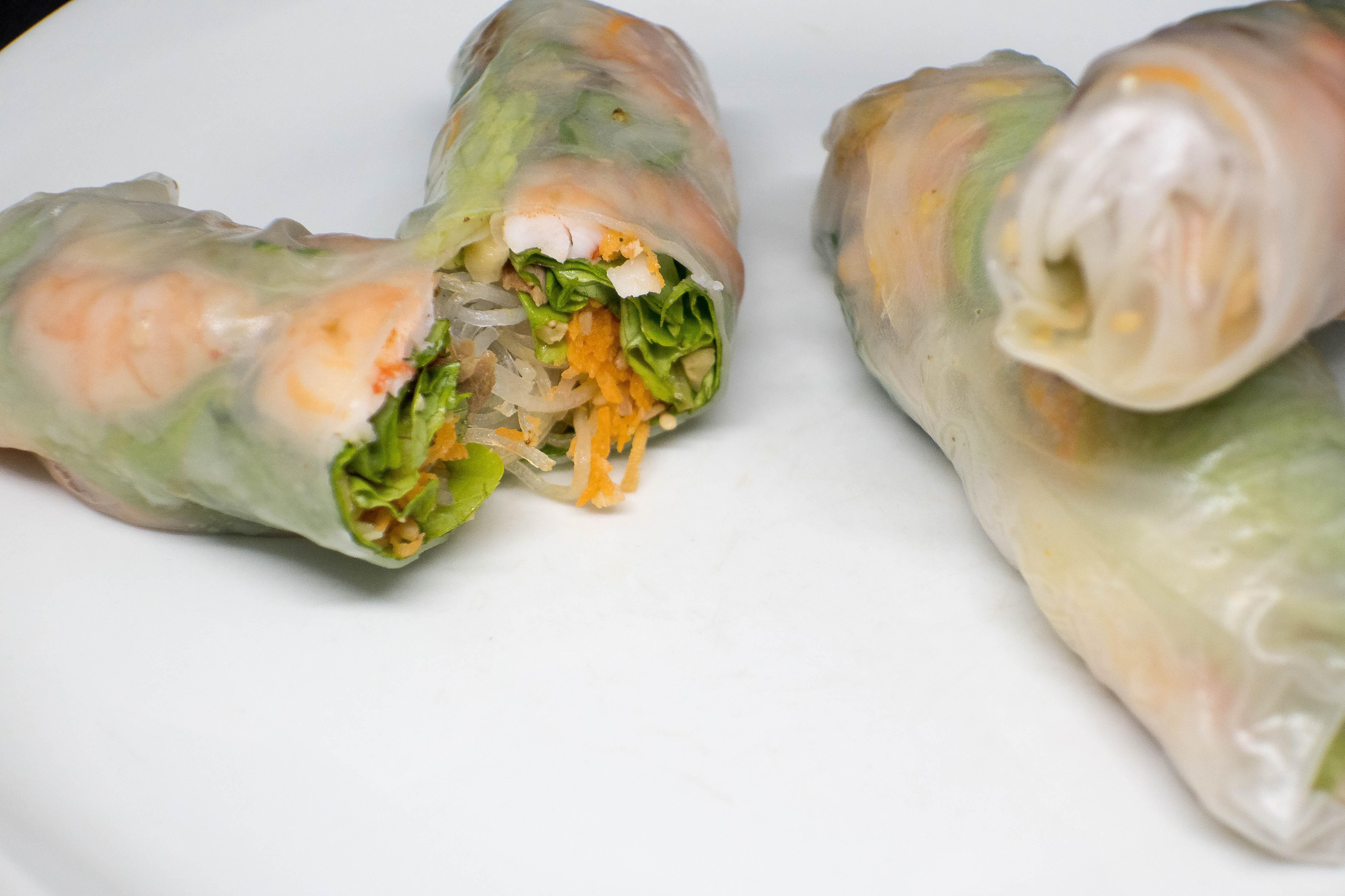 Ingrédients pour 8 rouleaux de printemps : 1 cuisse de poulet 2 carottes 8 feuilles de riz 2 càs de noix de cajou quelques feuille de salade (feuille de chêne ou laitue) 12 crevettes cuites 100g de...