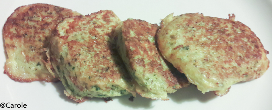 Ingrédients pour 8 galettes : 2 pommes de terre 2 courgettes 2 œufs 30g de parmesan sel, poivre, herbes de Provence, huile Râper les courgettes et les patates. Enlever l'excédent d'eau...