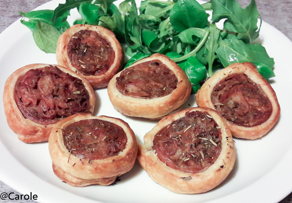 Ingrédients pour 4 personnes : une pâte feuilletée 2 andouillettes de qualité 1 oignon rouge 1 càs d'huile d'olive herbes de Provence sel, poivre Couper la pâte feuilletée de maniè...